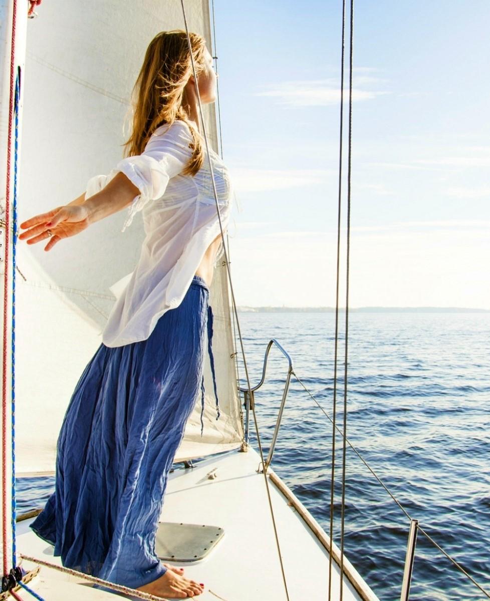 208613_kobieta_jacht_zaglowy_morze